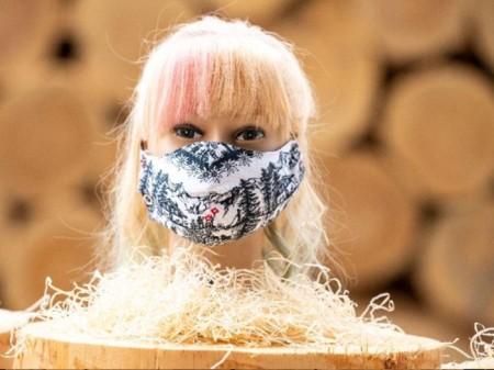 Gesichtsmaske mit Holzwolle-Filter von Lindner Suisse in Wattwil SG.