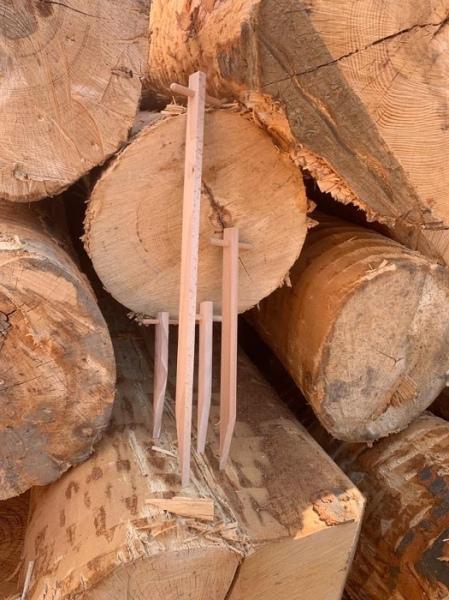 Jahr für Jahr werden abertausende Holzhaften aus Schweizer HSH/PEFC/FSC® Buchenholz, für die Befestigung der Howolis Erosionsschutzvliese auf verschiedenen Untergründen, in Schweizer Betrieben hergestellt, in denen Menschen mit kognitiven, körperlichen oder psychischen Beeinträchtigungen arbeiten, leben und wohnen. Verpackt, gewogen und palettisiert werden auch Flamtastic Anzündhilfen Sticks in diesen Schweizer Betrieben. So können alternierend bis zu 20 Personen das Jahr hindurch beschäftig werden.