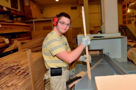 Herstellung von Holzhaften.