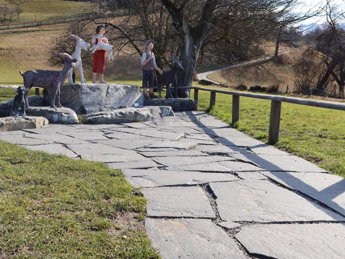 Heidi, der Geissenpeter und die Geissen sind jederzeit für Fotos zu haben. Der Weg rechts führt ins Heididorf.