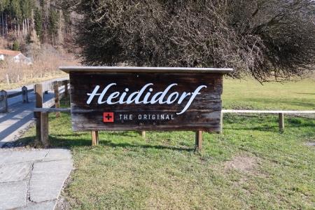 """Ankunft im Heididorf ob Maienfeld. Früher hiess es """"Heididörfli"""", da der Ort nur wenige Häuser aufweist. Für den Tourismus sind Umlaute schwierig, weshalb as """"Heididörfli"""" in """"Heididorf"""" umgetauft wurde!"""