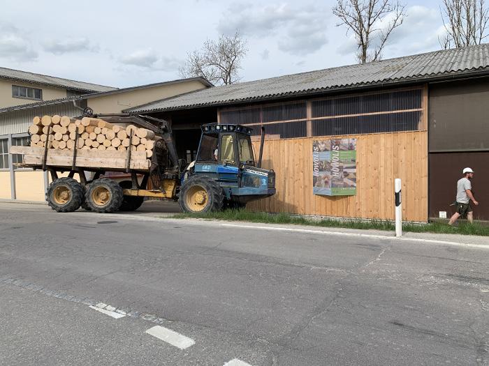 Am 25.4.20 traf die letzte Ladung Holz für die Produktion 2021/22 ein. Die Bäume für Lindner Suisse werden ausschliesslich im Winter geschlagen.