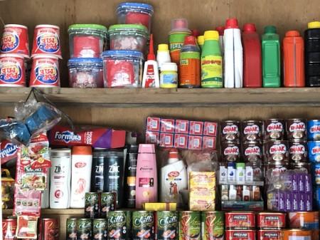 """Herbizide gehören in Indonesien auf dem Lande zum Alltag. Sie werden als harmlos eingestuft. Hier im Dorfladen stehen sie neben Lebensmitteln auf dem Gestell. In diesem Falle <em>Lindomin</em> und <em>Paratop</em>, beides Herbizide, die auf <a href=""""https://de.wikipedia.org/wiki/Paraquat"""" target=""""_blank"""" rel=""""noopener"""">Paraquat</a> basieren. Paraquat ist sehr schädlich und daher bei uns verboten. Es ist beliebter als Round up, weil es angeblich alles abtötet."""