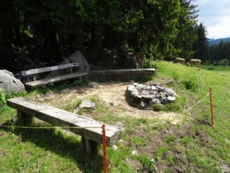 "<a href=""https://www.alternatives-wandern.ch/grill_photos/schwyz/alpthal.htm"" target=""_blank"" rel=""noopener"">Fotos zu den Grillstellen im Alpthal SZ</a>. Copyright: Alternatives Wandern Schweiz."