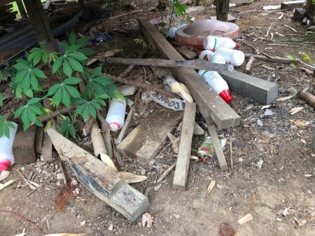 Leere Pestizidflaschen werden oft achtlos weggeworfen, vorzugsweise - wie alle anderen Abfälle auch - in den Fluss; oder sie werden vom Regen in Bäche geschwemmt. Dass die Pestizide für Mensch und Umwelt gefährlich sind, das wissen viele nicht.