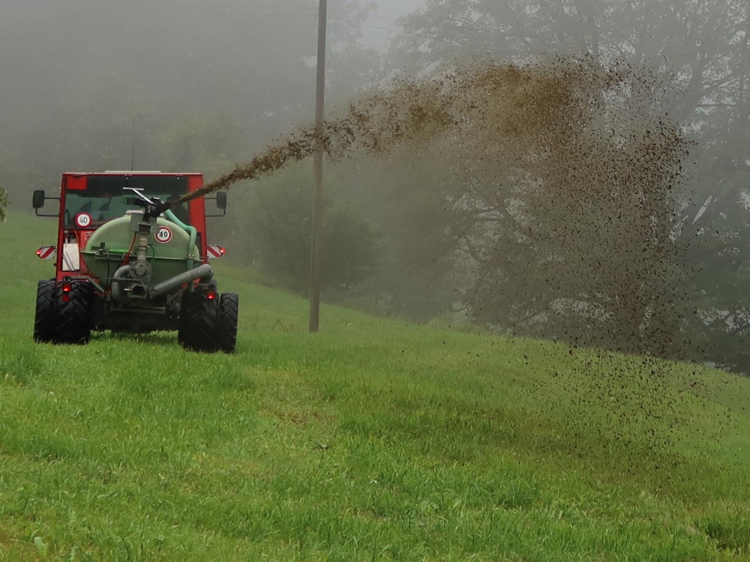 Am 3.8.20 hat ein Bauer Gülle am Hang und hier auf ebenem Boden ausgebracht in der Regen-Warnzone 3 von MeteoSchweiz. 50-90 mm Regen sind prognostiziert für die nächsten 24 Stunden. Lokal sind durch Gewitter höhere Mengen möglich.