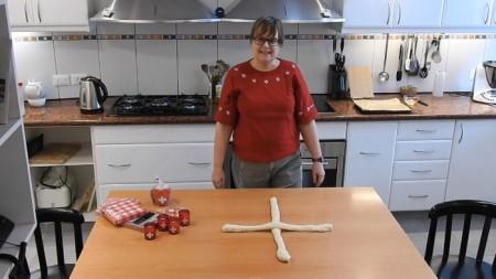 Das Formen der Berner Züpfe beginnt mit einem (Schweizer) Kreuz.