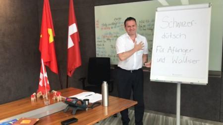 Jérôme Charbonnet Consul: Grâce à ses cours intensifs de vietnamien ... Jérôme est désormais prèt à s'attaquer au suisse-allemand.
