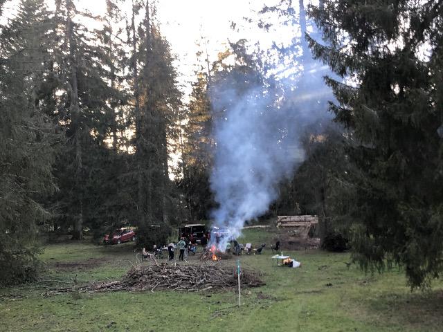 Wegen Corona zieht es die Leute hinaus in die Natur, in den Wald, in Wytweiden, meist mit dem Auto. Picknick-Plätze sind oft schon besetzt. Dieses Feuer brannte am 14.11.20 noch in der Nacht als die vier Autos längst weggefahren waren.
