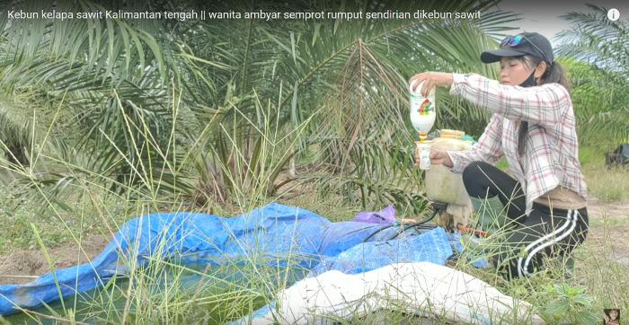 """Kanister mit Wasser aus dem """"blauen Plastikteich"""" füllen und Roundup dazugeben ... ohne Handschuhe."""
