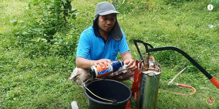 Zuerst wird Grammaxone abgemessen und in den Kanister gefüllt, dann Roundup.