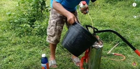 Der Mann mischt und spritzt ohne Handschuhe und in Sandalen, auch das für Menschen sehr giftige Gramaxone und das möglicherweise krebserregende umstrittene Roundup.