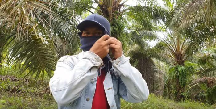 ... Jacke und Gesichtsschutz anziehen ...