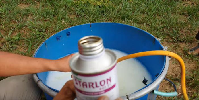 Das Herbizid Starlon wird ebenfalls abgemessen und dazugeschüttet.