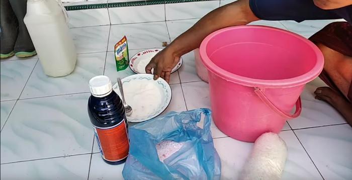 Die Zutaten: Gramoxone von Syngenta (Paraquat), Urea, Salz, Starterkultur und Abwaschmittel.