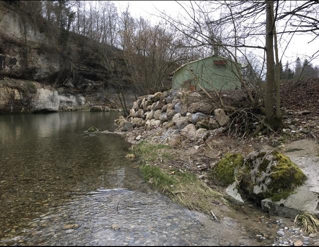 Am Ende der Austrasse in Bütschwil errichtete ein Bauer im Sommer 2020 eine Mauer am Ufer der Thur im Landschaftschutzgebiet von nationaler Bedeutung.