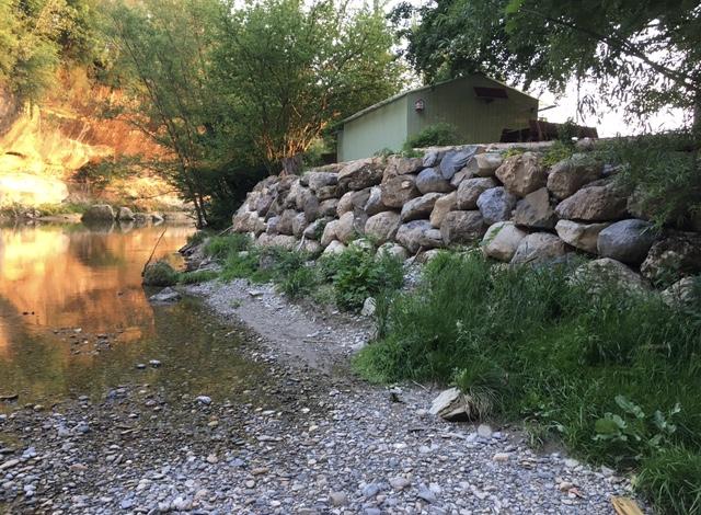 Unmittelbar hinter der massiven Mauer ist die Klubhütte der Fischer zu sehen, welche gemäss lokalen Quellen kürzlich legalisiert wurde.