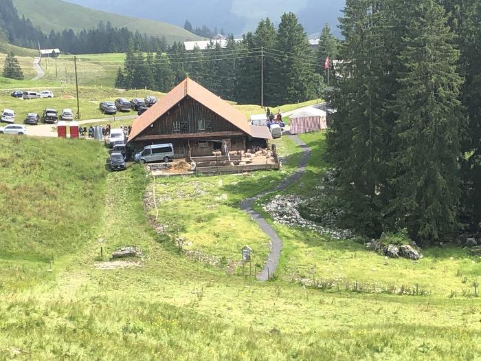 Gottesdienst auf der Alp Gummen am 18.7.21. Die Schweine sind nicht auf der Weide (hellgrüne Flächen. Ein neuer Pfad wurde erstellt). Copyright: Tobeltoni.