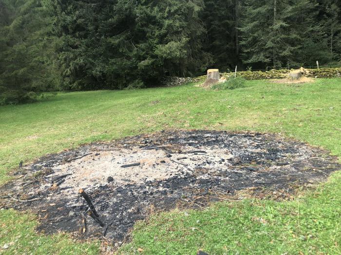 Hier wurden am 26.8.21 Bäume gefällt, dann brannten viele Stunden lang Mottfeuer.
