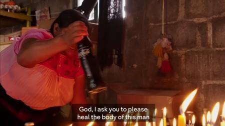 """Maria Lopez, Shaman, """"heilt"""" einen in einer Zeremonie mit Coca-Cola."""