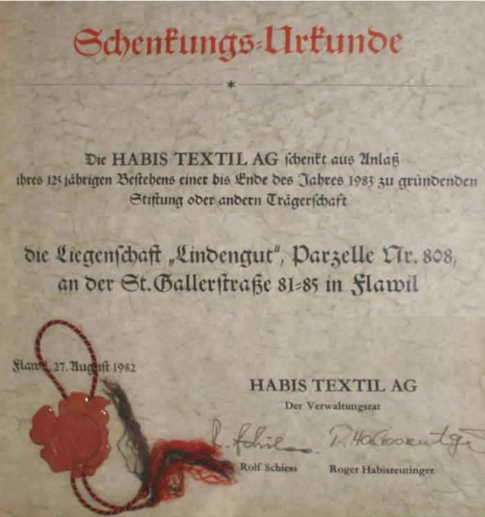 """Fabrikant Huldreich Ottiker, Besitzer der damaligen Weberei Ottiker in der Waldau, erwarb die Liegenschaft """"Feldegg"""" im Jahre 1882, baute sie um und nannte sie fortan """"Lindengut"""". Das Lindengut ging später in den Besitz der Habis Textil AG über. Anlässlich ihres 125-jährigen Jubiläums schenkte die Firma, damals die grösste Arbeitgeberin von Flawil, unter der Führung von Inhaber Rolf Schiess das Lindengut der neu errichteten """"Stiftung Lindengut"""" als Ort der Begegnung und für kulturelle Zwecke, insbesondere für die Einrichtung eines Ortsmuseums."""